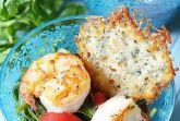 Салат из рукколы с креветками и сырными чипсами