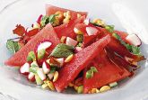 Салат из арбуза с ветчиной и арахисом