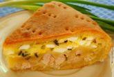 Мясной пирог с яйцами, луком и сыром