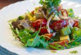 Салат с креветками и авокадо с арахисовой заправкой