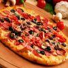 Роскошная пицца с сосисками и грибами готова. Ешьте, пока горячая!