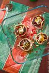 Сверху надрежьте каждый плод инжира крест-накрест, сдавите снизу, чтобы он раскрылся, словно цветок, и начините накрошенной горгонзолой, за неимением которой можно взять любой другой сыр с плесенью. Не бойтесь переборщить – когда сыр расплавится, он будет обволакивать чувственную мякоть инжира не хуже иного соуса.