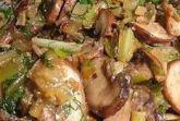 Грибы со стеблями сельдерея