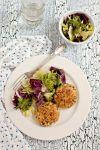 Добавить амарант в овощное пюре, вбить яйца, посолить и хорошо перемешать.  Сформовать котлеты, обвалять в панировочных сухарях и обжарить в масле.