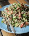 Смешайте овощи, зелень и маслины с остывшим квиноа, добавьте мяту и измельченный чеснок, заправьте оливковым маслом и лимонным соком. Посолите, перемешайте и поставьте в холодильник на 1 час. Подавайте табуле без булгура на салатных листьях. Приятного аппетита!