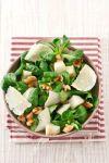 Выложите все ингредиенты в салатницу, заправьте оливковым маслом и лимонным соком, посолите по вкусу и перемешайте. Салат с грушей, грецким орехом и сыром пармезан готов - приятного аппетита!