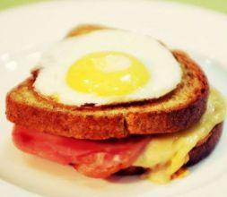 Изображение рецепта Croque Madame - сэндвич с соусом бешамель