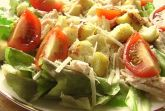 Салат с куриным филе и сухариками