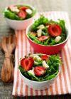 Смешайте салат, брынзу и клубнику, полейте смесью из меда и бальзамического уксуса, после чего можете подавать к столу.  Приятного аппетита!