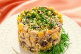 Куриный салат с грибами и кукурузой