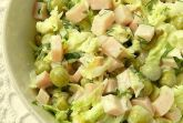Салат из капусты с ветчиной и горошком
