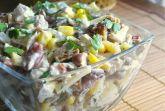Куриный салат с копченым сыром и маринованными огурчиками
