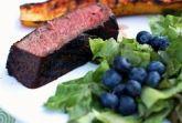 Ростбиф с салатом из черники