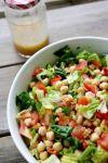 Все соединяем и поливаем салат маслом и лимонным соком. Солим, перемешиваем и подаем салат из нута с помидорами к столу!