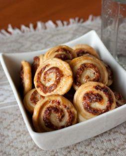 Изображение рецепта Слоеное печенье с сыром и салями