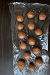 Скатать шарики размером с грецкий орех.