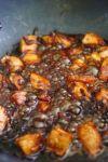 Добавить к луку филе и обжарить до готовности.
