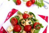 Простой салат из помидоров и моцареллы