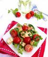 Выложить все ингредиенты в салатник. Заправить бальзамическим уксусом и оливковым маслом. Перемешать. Простой салат из помидоров и моцареллы готов!