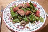 Салат из шпината с грибами, помидорами и беконом