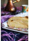 Готовый пирог должен основательно остыть, иначе горячая начинка при нарезке потечёт. Обсыпать пирог сахарной пудрой, нарезать на куски и подавать.