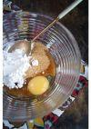 """Итак, пока молоко нагревается, смешиваем яйцо, сахар (у меня коричневый """"Демерара"""", но подойдёт любой), крахмал и заменитель ванили, если таковой используется."""