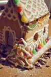 """Готовый пряничный домик будет радовать вас и ваших близких все новогодние каникулы! Одно """"но"""" - в возрасте нескольких недель он становится малопригодным в пищу. поэтому сразу делайте два домика - один для красоты, другой для чаепития!:)"""