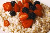 Овсяная каша с ягодами.