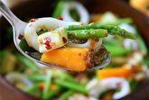 Салат из кальмаров со спаржей, манго и авокадо