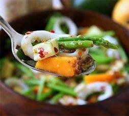Изображение рецепта Салат из кальмаров со спаржей, манго и авокадо