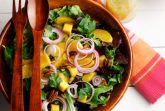 Зеленый салат-микс с манго и орехами пекан