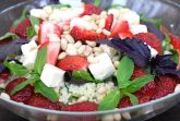 Салат из клубники и кус-куса с мятой