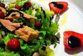 Салат из тунца с клубникой