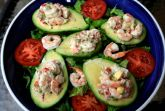 Салат из авокадо в лодочках с креветками
